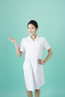 人物 女性 日本人 20代 30代   仕事 職業 医療 病院 看護師  ナース 医者 医師 女医 薬剤師  白衣 看護 屋内 スタジオ撮影 背景  グリーンバック おすすめ ポーズ 案内 説明 ガイド アドバイス 笑顔 mdjf010