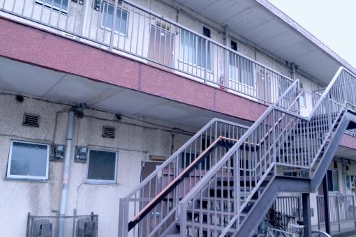 アパート 古いアパート 階段 アパートの階段 築年数 昭和 一人暮らし 同棲 スタート 物件 投資 新生活 彼女 彼氏 母子家庭 出稼ぎ 単身赴任 外国人 大家 入居 引越 引っ越し 通勤 通学 徒歩 学生 大学 仕送り 訪問
