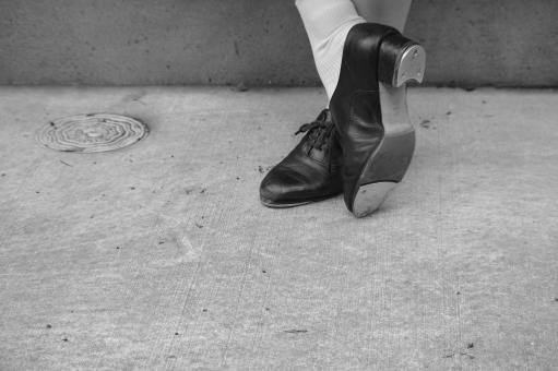 タップシューズ タップ タップダンス チップ ダンスシューズ 靴 革靴 革 靴下 足 足首 アスファルト 壁 コンクリート 女性 女 女の子 モデル 踊る ダンス ポーズ 奏でる 音