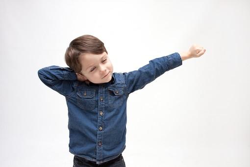 人物 こども 子ども 子供 男の子   少年 幼児 外国人 外人 かわいい   無邪気 あどけない 屋内 スタジオ撮影 白バック   白背景 ポートレート ポーズ キッズモデル 表情  シャツ  カジュアル 腕を伸ばす ストレッチ リフレッシュ 休憩 退屈 上半身 伸び mdmk010