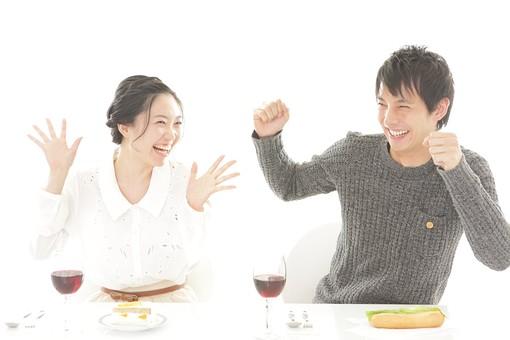 カフェ 飲食店 レストラン 人物 男性 男子 女性 女子 客 若い 食事 テーブル 着席 デート カップル アベック 夫婦 新婚 飲食 白バック 白背景 ワイン アルコール 酒 グラス コップ 飲み物 日本人 mdjm008 mdjf026