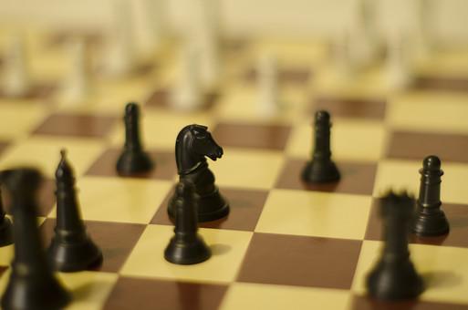 チェス 駒 マス キング クイーン ルーク ビショップ ナイト ポーン 黒 白 ブラック ホワイト 先手 後手 チェスピース ピース ゲーム チェスボード チェス盤 ボードゲーム マインドゲーム ルール 知能 考える 予想 予測 技能 戦略 勝者 敗者 勝利 敗北 ラフ フィルター