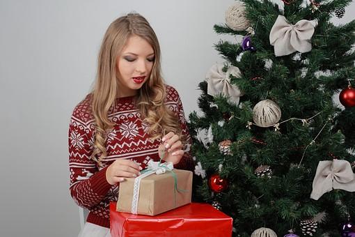 白バック 白背景 グレーバック 外国人 白人 金髪 ブロンド 20代 30代 女性 セーター ニット ノルディック柄 スカート クリスマス Christmas X'mas クリスマスツリー ツリー モミ もみの木 樅の木 モミの木 飾り オーナメント ボール リボン ブーツ 松ぼっくり 座る プレゼント 箱 ボックス 贈り物 BOX 持つ  笑顔 スマイル 笑う 微笑む mdff129