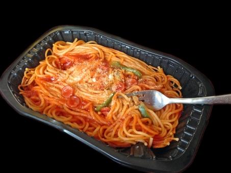 冷凍食品 加工食品 インスタント食品 ナポリタン スパゲッティー スパゲティ spaghetti パスタ 麺 麺類 イタリアン イタリア料理 イタ飯 洋食 西洋料理 食べ物 食品 食材 料理 調理 グルメ gourmet 食事 食卓 食事の風景 食卓の風景 型抜き 黒バック