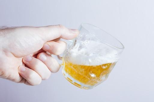 ビール ビア 発泡酒 麦芽酒 麦酒 グラス 食器 ガラス ガラス製品 キッチン 器 テーブルウエアー コップ イメージ ドリンク 飲み物 アルコール お酒 酒 リカー 飲料 飲酒 白バック 白背景 スタジオ撮影 かんぱい 乾杯