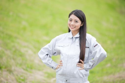 人物 日本人 女性 女の子 20代  モデル かわいい 美人 ロングヘア 作業服  作業着 仕事 技術職 ガテン系 作業員  屋外 野外 景色 土手 緑 腰に手を当てる 両手 休憩時間 リフレッシュ 笑顔 スマイル mdjf019