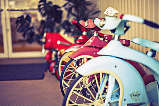 三輪車 レトロ フレンチ ポップ バイク 昔の 懐かしい 思い出 特徴のある 風変わりな おしゃれ 子供 幼児 乗り物 遊び おもちゃ ディスプレイ 陳列 インテリア 買い物 ショッピング 雑貨店 雑貨屋 背景ボケ ボケ味 トイフォト トイカメラ トイデジ