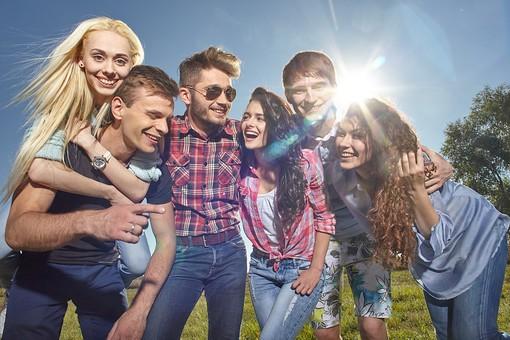 人物 外国人 モデル 男性 女性  男女 複数 グループ 仲間 友達  20代 若者たち 大学生 屋外 野外  草原 青空 ファッション カジュアル 集まる 集合 寄り添う 肩を寄せる 太陽 光 明るい 笑顔 楽しい 仲良し  和気あいあい   爽やか 青春 mdff025 mdff026 mdff027 mdfm007 mdfm008 mdfm009