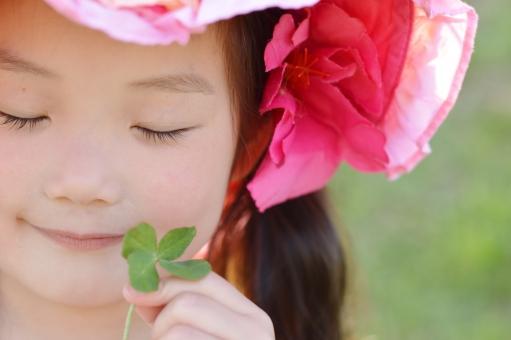 四つ葉 幸せ 子供 こども 子ども 女の子 日本人 3歳 微笑む クローバー mdfk023