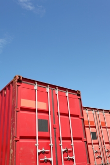 コンテナ コンテナヤード コンテナターミナル 赤 赤色 アップ 扉 空 青空 晴れ 快晴 質感 ビジネス 輸出 輸入 輸出入 荷物 貨物 輸送 運輸 運輸業 物流 流通 運搬 物資 産業 経済 工場 港 埠頭 船荷 積荷 鉄 スチール 積む 運ぶ 貿易 金属 日本 無人 人物なし 屋外 余白 コピースペース
