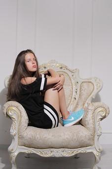 外国人 女性  ファッション 白人 オシャレ おしゃれ お洒落 モデル 20代 ヤング レディース ロングヘア 洋服 デザイン スタジオ撮影 1人 美人 美女 ポーズ ポージング 雑誌 白壁 背景無し 背景なし ワンピース かっこいい ダウンスタイル 無表情 まじめ シリアス モード 全身 ソファー いす 椅子 イス クラシカル 座る 座っている 体育座り 足を抱える 横向き カメラ目線 白バック 白背景 mdff005