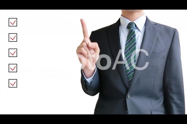 ビジネスマンとチェックリストの写真