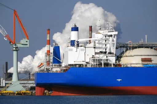 船 船舶 積荷 荷揚げ 積む 降ろす 積み上げる 積み込む 吊る 貨物船 タンカー 大型タンカー 大型貨物船 クレーン 陸揚げ 荷物 輸送 運送 貿易 交易 輸出 輸入 輸出入 運搬 運ぶ 船荷 積載 海運 海上輸送 港 港湾 取引き 積み下ろす 積み降ろす 埠頭 岸壁 ワイヤー フック 空 青空 アップ 産業 工業 機械 穀物 物流 物資 作業 屋外 工場 煙突 煙 工業地帯