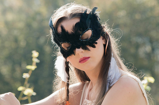 人物 女性 外国人 外人 外国人女性  外人女性 モデル ロングヘア 長髪 黒髪  ファッション フォークロア フォークロア調 ボヘミアン 民族衣装  エキゾチック 幻想 幻想的 ロマンチック ファンタジー 屋外 野外 外 牧場 上半身 仮面 マスク 目を閉じる ポートレート ポートレイト mdff086