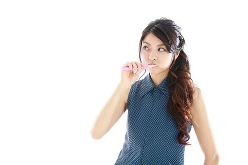 モデル 人物 日本人 日本 女性 女 女子 大人 20代 30代 ロングヘア 口臭   はみがき ハミガキ 歯磨き 身嗜み 身だしなみ 身支度 虫歯 歯医者 虫歯予防 健康 食後 歯周病 歯並び デンタルクリニック デンタル  白バック 白背景 mdjf019