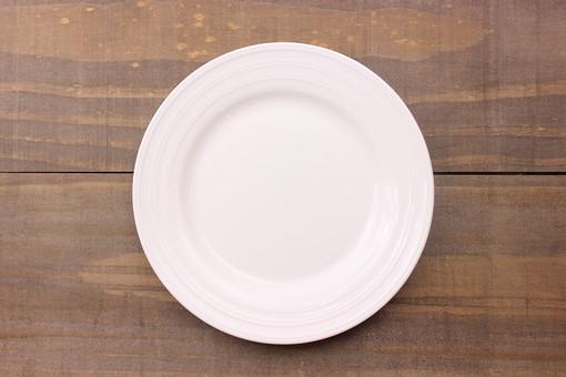 クリスマス クリスマスイメージ イベント 行事  皿 お皿 白 食器 丸皿 飲食 テーブル 食事 セッティング 空 食卓 木 板 木材 ウッド アンティーク