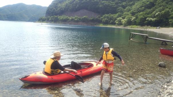 カヤック 湖 本栖湖 親子 アウトドア 水遊び 夏休み 自然 大自然 男 子ども 子供 小学生 男子 父 子 父と子 水着 救命胴衣