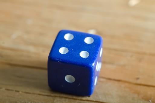 数字 目 さいころ サイコロ ダイス ゲーム ギャンブル 賭け事 賭博 カジノ 勝負 運 玩具 おもちゃ 娯楽 複数 アップ 屋内 室内 テーブル 床 素材 青 1個 双六 すごろく 4