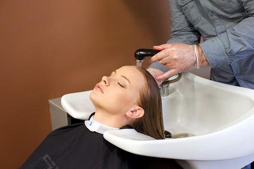 屋内 室内 モデル 外国人 人物 人 人間 大人 女性 女 10代 20代 若い ロングヘア 男性 男 2人 美容師 ヘアケア 頭 髪 茶髪 金髪 ブロンドヘア 美容院 ヘアサロン 洗う シャンプー 洗髪 技術 リラックス シャワー 流す 美容 長髪 髪の毛 美容室 シャンプー台 手 手元 mdff135
