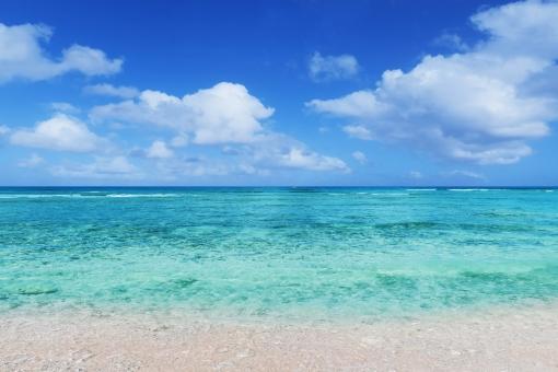 真夏の青い海と白い砂浜-グアム海外旅行の写真