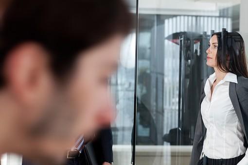 ビジネス 仕事 ビジネスマン 会社 会社員 グローバル インターナショナル 外国人 白人 ビジネスウーマン キャリアウーマン 女性 屋内 室内 オフィス ガラス 黒髪 休憩 バインダー ファイル 持つ 20代 30代 40代 中年 ガラス越し ボケ ジャケット シャツ パンツ 横向き mdff131 mdfm070