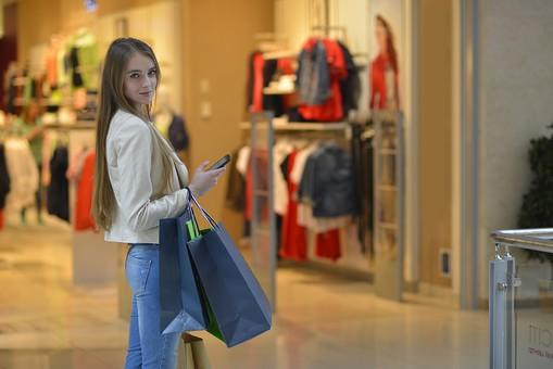 外国人 モデル 成人 大人 女性 女の人 若い ロングヘア モデル ファッション ショッピング 買い物 紙袋 持つ ジーンズ 店 店舗 建物 ディスプレイ 飾る ポーズ 綺麗 可愛い 撮影 室内 屋内 ショッピングモール 百貨店 デパート mdff032