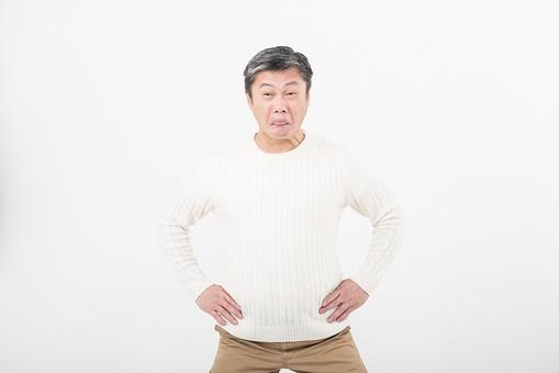 50代 中年 中高年 シニア ポーズ 白背景 白バック  白髪 しらが グレー グレーヘア 短髪 父 お父さん おじさん おじいさん おじいちゃん 目上 セーター 白いセーター 私服 プライベート  腰に手を当てる 腰 手 当てる 変顔 ふざける   日本人 男性 男 mdjms013