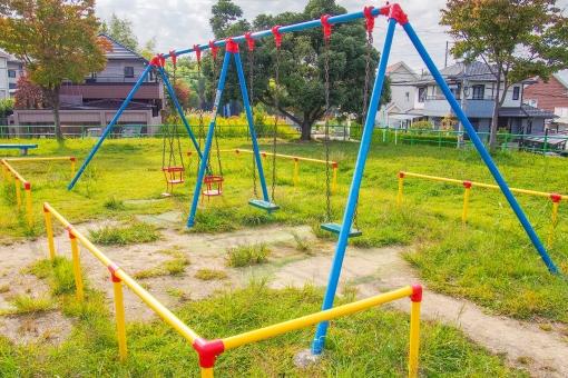 ブランコ 公園 遊具 アトラクション アスレチック 子供 遊ぶ 赤ちゃん 男の子 女の子 子供用 揺れる パーク 草むら 靴飛ばし 天気予報 住宅地の中 昼間 カラフル 黄色 赤 青