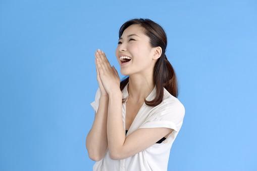 女性 ポーズ 人物 30代 日本人 上半身 爽やか カジュアル 屋内 横向き ブルーバック 半そで 白 笑顔 両手 一人 感激 お願い 嬉しい 楽しい 感謝 笑み 合わせる 心地よい 喜び 上機嫌 上目使い 黒髪  青背景 mdjf013