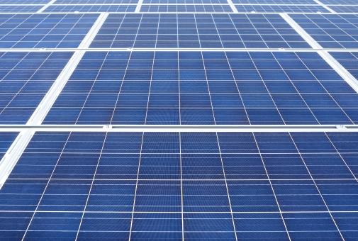 発電 ソーラーパネル 太陽電池 太陽光パネル 太陽発電 太陽光発電 エネルギー ソーラー発電 ソーラーパワー エコロジー エコ 環境 屋根 テクノロジー 技術 電気 クリーン 屋上 クリーンエネルギー 自然 自然エネルギー パネル 結晶シリコン 結晶 シリコン シリコンセル システム 産業 売電 金属 反射 アップ クローズアップ 青 青色 背景 バックグラウンド 模様 パターン 無人 フレーム 枠 沢山 たくさん 並ぶ 屋外
