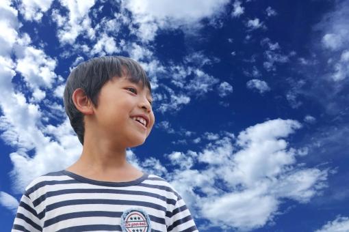 青空と少年の写真