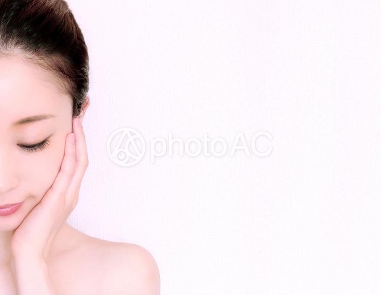 女性 フェイシャル 美容 左 背景なし 右空きの写真