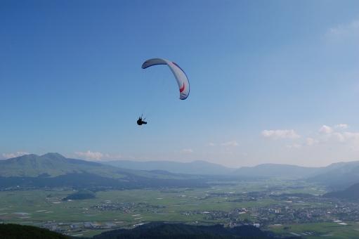 阿蘇 夏 青空 背景 風景 外輪山 パラグライダー