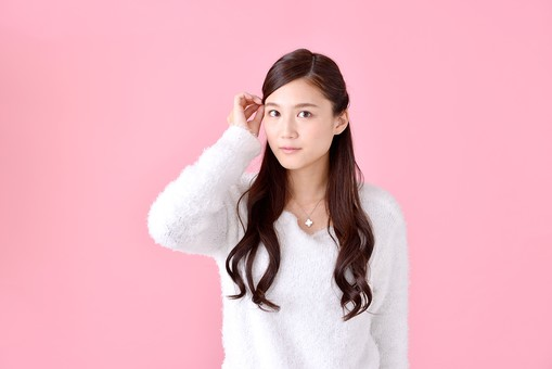 人物 女性 日本人 若者 若い  20代 美人 かわいい ロングヘア カジュアル  ラフ 私服 セーター ニット 屋内  スタジオ撮影 背景 ピンク ピンクバック ポーズ  おすすめ 上半身 髪の毛 ヘアスタイル 前髪 身だしなみ 気になる 気にする 触る mdjf007