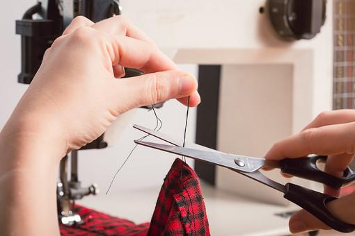 ソーイング 縫い物 裁縫 洋裁 手芸  手仕事 裁縫道具 裁縫用品 アップ 素材  趣味 ハンドメイド ホビー 生活 暮らし  小物 手縫い ファッション 縫う 針仕事 ミシン 部分 パーツ 針 機械 布 手 手元 洋服 衣服 はさみ ハサミ 鋏 切る 糸