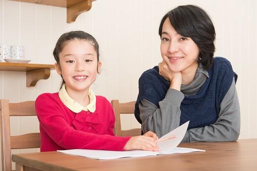 人物 日本人 家族 ファミリー 親子  母子 お母さん おかあさん ママ 子供  こども 娘 女の子 小学生 勉強  学習 教育 宿題 家庭学習 部屋  リビング テーブル 見守る 教える 指導 コミュニケーション 笑顔 カメラ目線  mdjf017 mdfk014