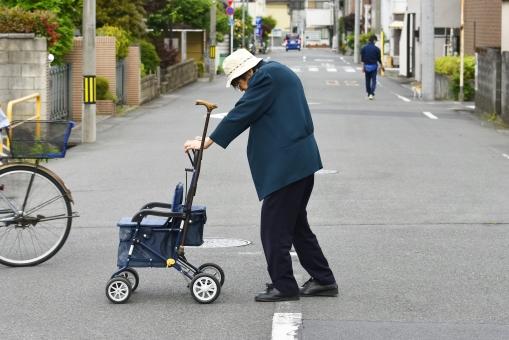 道路を横断する高齢者の女性の写真