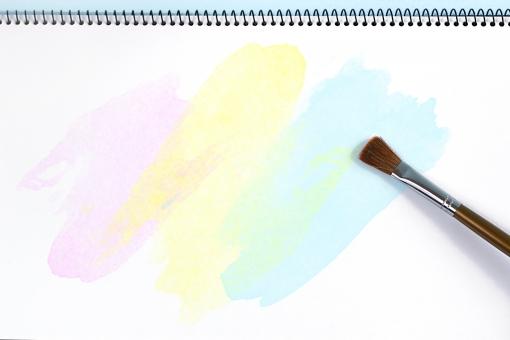 背景 スケッチブック 筆 コピースペース テキストスペース 絵の具 カラフル 文房具 画用紙 紙 文具 絵 色 図画