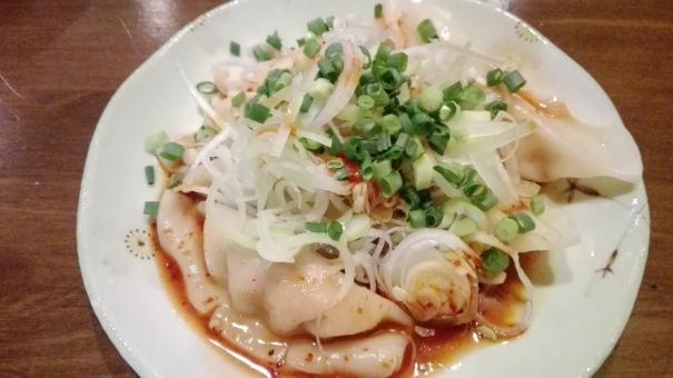 中華 日本 料理 食事 ごはん おかず らーめん屋さん ラーメン屋さん 肉料理 フード 食べ物 肉 包む 茹でる 茹で ゆでる 餃子 ぎょうざ ギョーザ 水餃子 ラー油 辛い からい おいしい 美味しい ねぎ ネギ