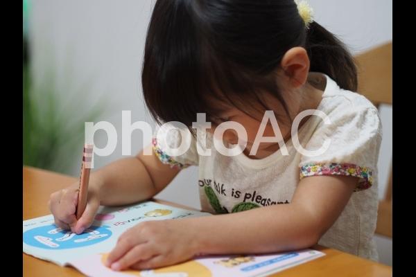 ひらがなの勉強をする女の子5の写真