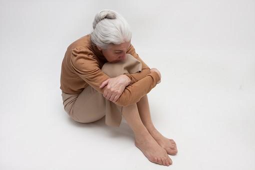 人物 女性 外国人 外人 外国人女性  外人女性 高齢者 老人 年配 シニア  シルバー モデル 60代 70代 白髪  ポーズ 屋内 スタジオ撮影 白バック 白背景 座る 体操座り 膝を抱える 考える 悩む ぼんやり 憂鬱 落ち込む 塞ぎこむ 全身 俯瞰 mdfs004