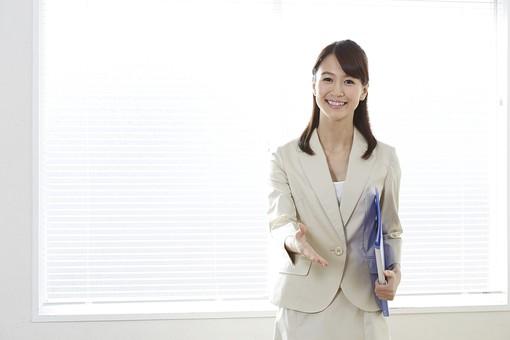 OL 女性 日本人 女 20代 キャリアウーマン 働く 仕事 オーエル オフィス オフィスレディ 会社 勤務 ユニフォーム 制服 服 洋服 窓 スーツ セットアップ ベージュ クリーム色 笑顔 笑う ファイル 書類 作業 業務 握手 挨拶 30代 40代 mdjf008