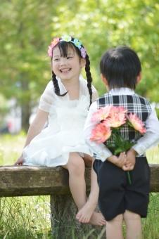 男の子 女の子 タキシード ドレス 花束 花冠 渡す プレゼント 笑顔 可愛い 子供 子ども こども 子供たち おめかし 暖かい mdfk023