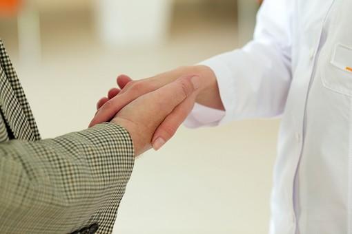 病院 医院 診療所 屋内 室内 診察室 検査室 握手 握手する 手を握る 男性 女性 看護師 医師 医者 女医 ジャケット 手 手元 アップ 接写 右手 白衣 挨拶 感謝