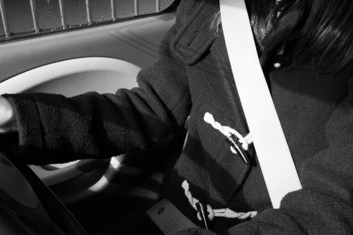 シートベルト 安全運転 交通ルール 車社会 命 交通事故 着用義務 ベルト着用 運転席 自動車 くるま クルマ 背景 素材 背景素材 ドライバー セーフティドライブ 運転手 道路交通法 違反 罰則 罰金 交通違反 身体 カラダ からだ 交通安全 安全装置 後部座席 ドライブ
