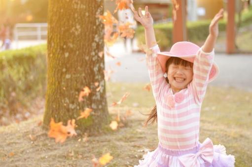 秋 女の子 子供 子ども こども 笑顔 楽しい 落ち葉 落ち葉遊び 喜ぶ  mdfk023