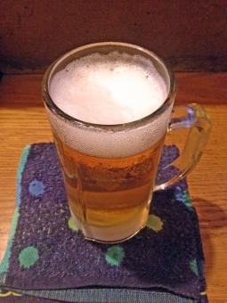 赤ちょうちん 赤提灯 生ビール ビール 麦酒 酒 アルコール 飲料 ドリンク ホップ 泡 飲み物 おしぼり カウンター 居酒屋 飲食店 飲み屋 風景 景色