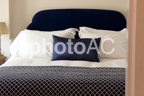 清潔な寝具とベッドの写真
