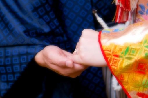 結婚式 結婚 式 和装 カップル 手元 アップ 和 日本 男女 神前式 伝統 やさしさ
