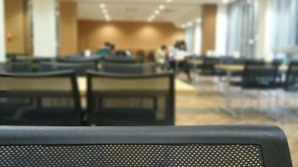 大学 教室 施設 テーブル 椅子 集まる 集合場所 公共施設 市民会館 自由ルーム 空間 会議室 待ち合わせ 時間つぶし 時間待ち 人物遠景 学生生活 講義 休み時間 休憩時間 専門学校 窓 室内 屋内 ラウンジ ホテル 寮 ロビー 構内 フリースペース 多目的スペース 公民館 図書館